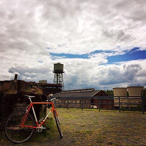 Der Radler will nach Hause, der Fotograf findet Dramawolken geil. #igers #bike #bochum #westpark #clouds