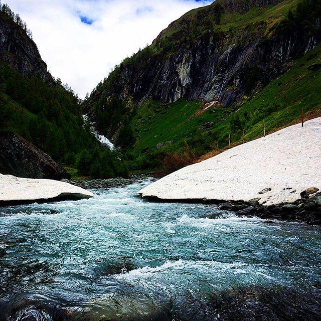 Nachwirken lassenIch lasse die Füße ins Wasser hängen, bis ich es vor lauter  Kälte nicht mehr aushalte, schließe die Augen und bilde mir ein, die ganze Kraft dieses Baches und seiner Abstürze über die Füße in meinen Körper hereinzulassen.......und fühle mich stark dabei. S.R.  #wasserschaupfad #umbaltal #umbalfaelle #tauern #landscape #hiking  #ilovetravel